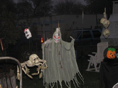 Decorating Your Yard for Halloween ThriftyFun - Cheap Halloween Yard Decorations