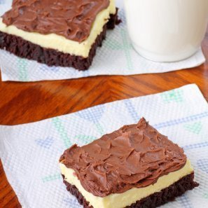cheesecake brownies on paper napkins