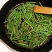 Green beans flavored with a small amount of bacon bits.