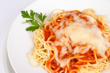 A plate of spaghetti with red sauce.