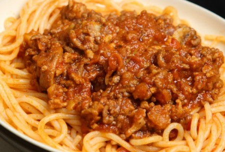 plate of spaghetti and meat sauce