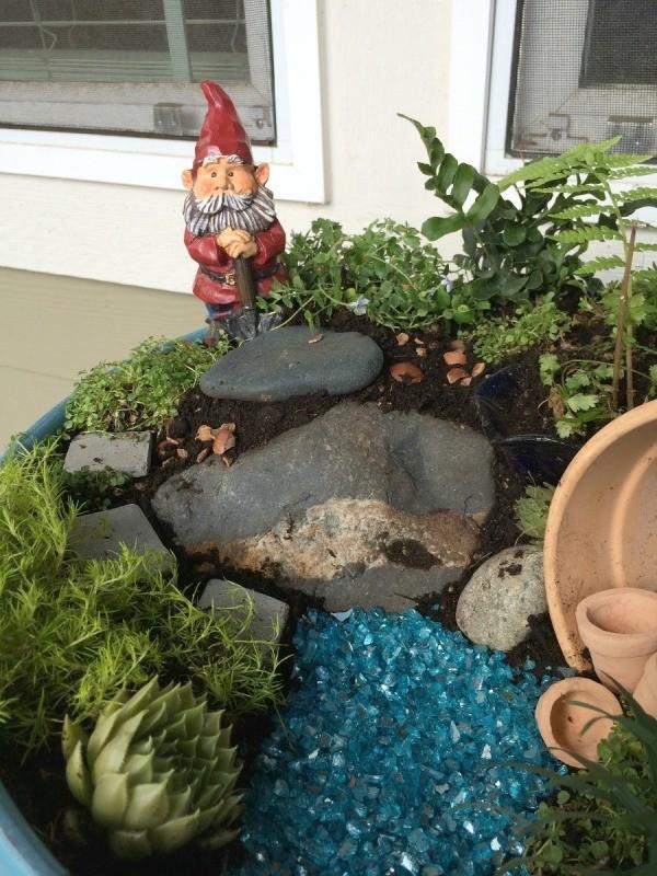 Gnome In Garden: Making A Gnome Garden In A Planter