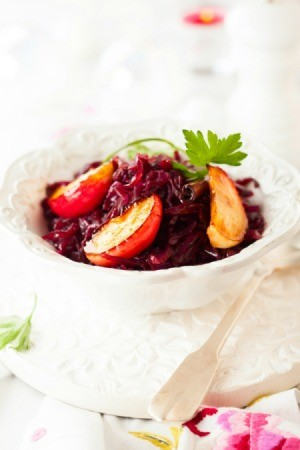 Red cabbage with apples.