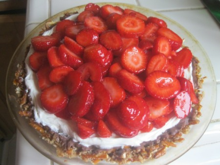 sliced strawberries on pie