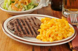 cube steak with mac and cheese and a side salad
