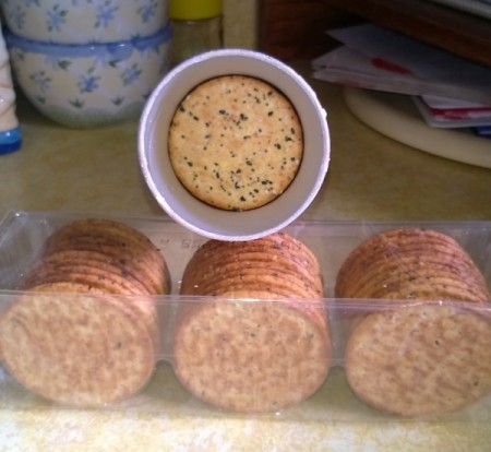 round crackers in Pringles can