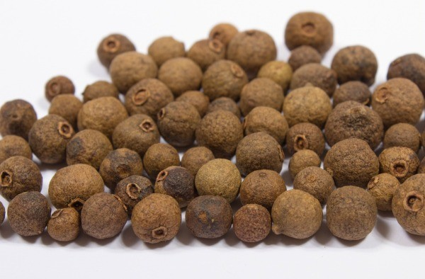 A pile of allspice berries.