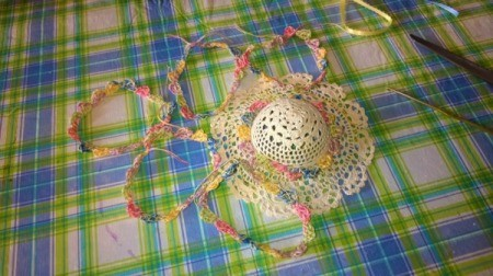 Mini Hat Spring Wreath - scalloped circles of crochet thread
