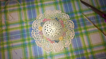 Mini Hat Spring Wreath - glue scalloped circle to hats