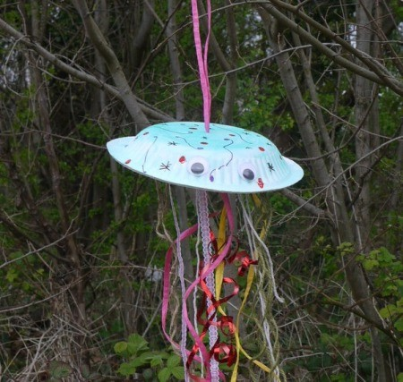 Fun Paper Plate Jelly Fish Decoration - jelly fish hanging in the garden