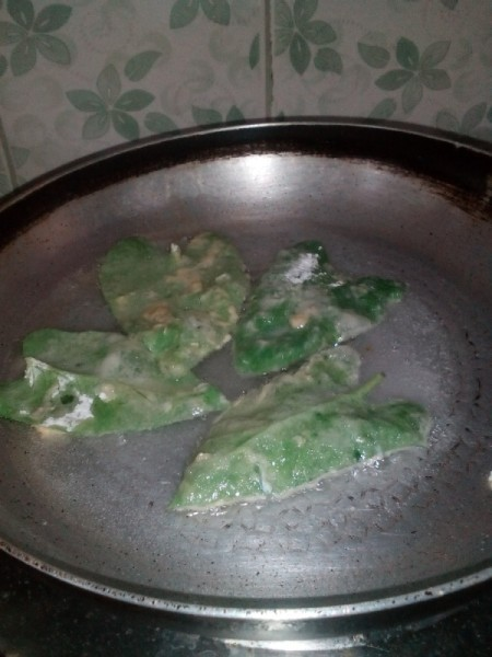frying water Spinach leaves in pan