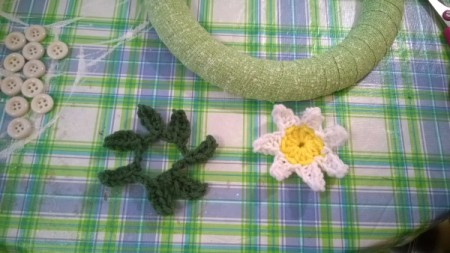 Crochet Daisy Wreath - ready to glue flower to leaves