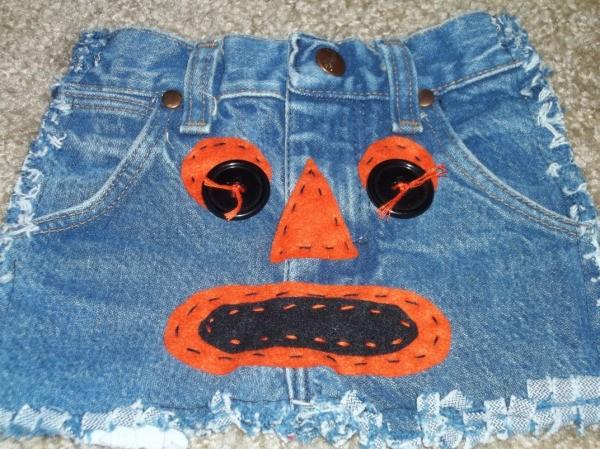 Pumpkin face on Halloween jean bag.