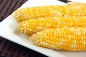 A plate of yellow corn on the cob.
