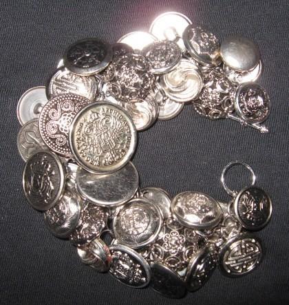 Sikver button bracelet.