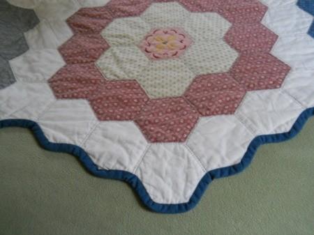 Flower Garden Quilt: Closeup of flower block on side edge.