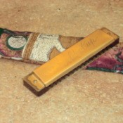 Easy harmonica case and instrument.