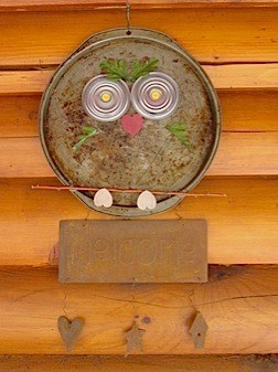 Pizza pan owl with welcome sign attached.
