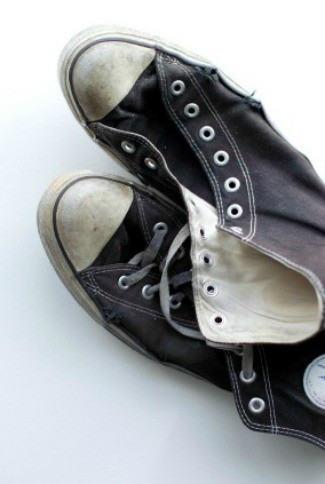Having your canvas shoes bright and clean keeps them looking good. This guide is about cleaning canvas sneakers.