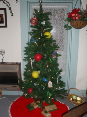 Christmas tree with colored balloons.