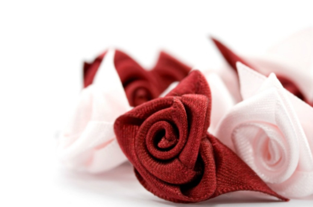 A picture of beautiful ribbon roses.