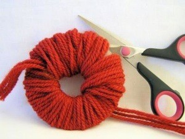Cute Pompom Chick - Cutting yarn to make pom pom.