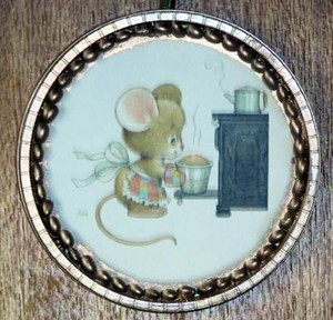 Recycled Round Frame - plastic lid frame with cute mouse graphic