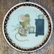 Plastic lid frame with cute mouse graphic.