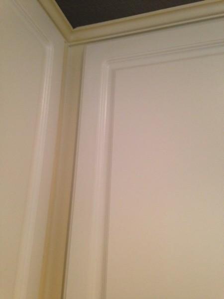 Contrast between doors and cabinet color.