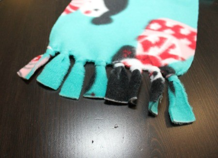 No-Sew Fleece Scarf - knotting the ringe
