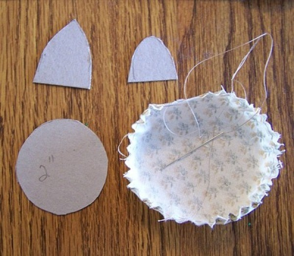 Templates and yo yo central piece of fabric for making a floral button pin.