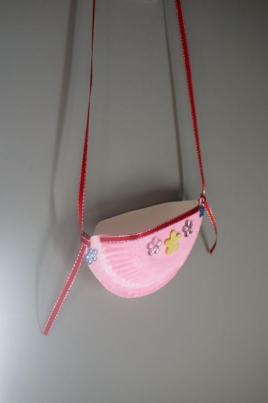 Childu0027s Paper Plate Shoulder Bag & Making a Childu0027s Paper Plate Shoulder Bag | ThriftyFun