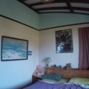room wth beams on ceiling