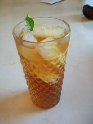 A glass of iced tea with stevia.