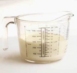 Liquid measuring cup containing cream