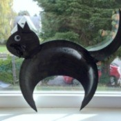 A black cat made with paper plates.