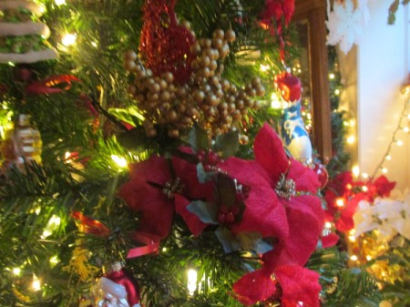 A close up of the decorated tree.