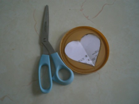 Easy Kids' Valentine Cards - trace heart onto coffee cup cap