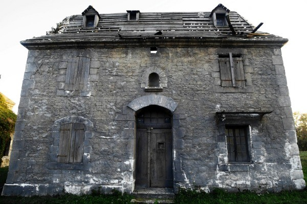 a creepy old abandoned house this is a guide about classic horror movie trivia - Halloween Horror Movie Trivia