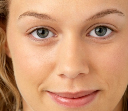 woman with groomed eyebrows