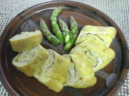 plate with cut tamagoyaki and asparagus