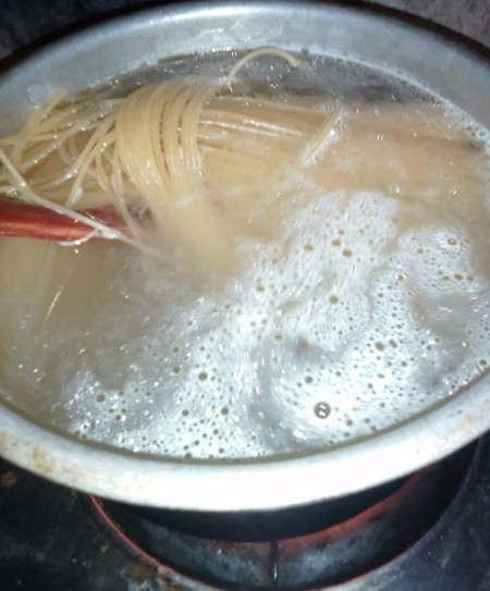cooking spaghetti noodles in boiling water