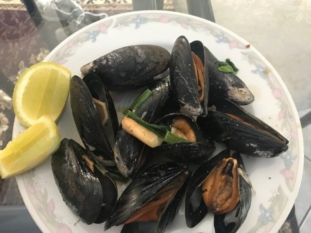 Stir Fry Green Mussels on plate with lemon