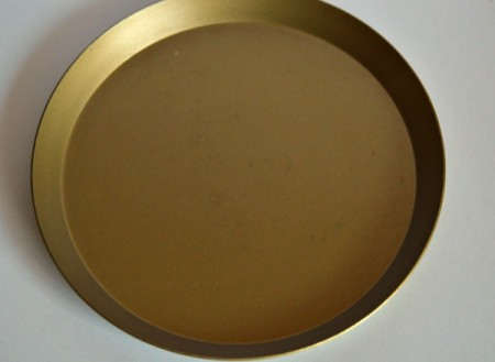 Mother's Day Table Decoration - Spray the plastic tray with the green gold spray paint and allow to dry thoroughly.