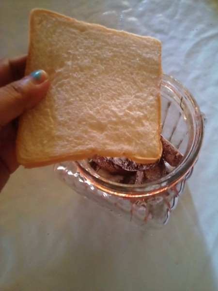 Keeping Cookies Soft - adding a slice of bread to cookie jar
