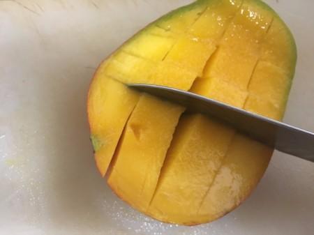slicing mangos leaving skin intact