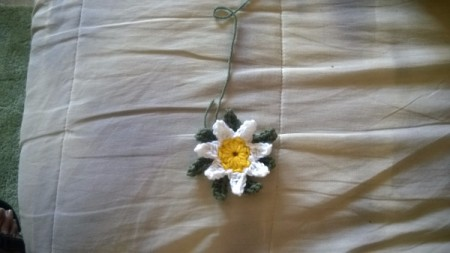 Crochet Daisy Wreath - daisy with leaves