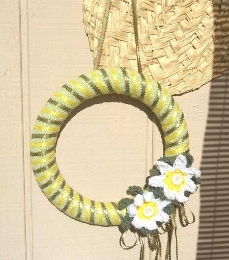 Crochet Daisy Wreath - wreath hanging