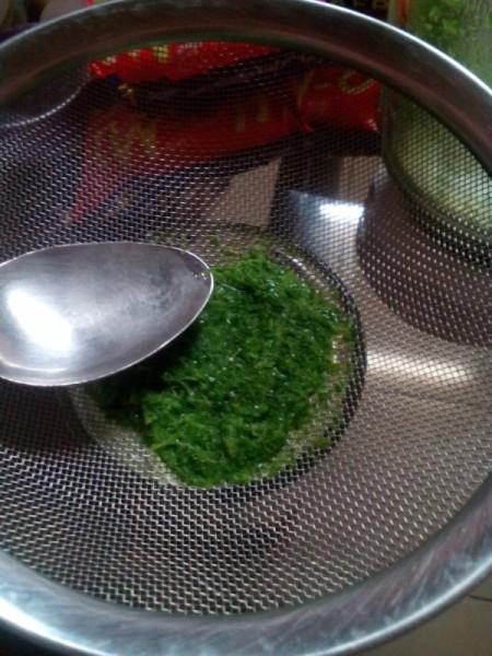 straining blended Pandan leaves