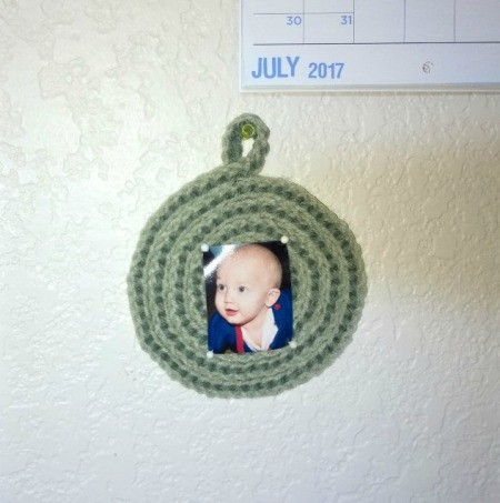 Spiral Yarn Photo Frames - finished green photo frame hanging